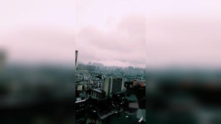 暴雨中的内江城