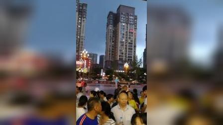 万达广场暴雨来袭,民众措手不及。