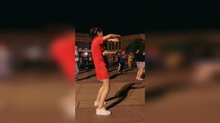 漂亮的大美女广场舞跳的欢快自信,舞姿优美青春靓丽