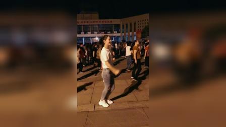漂亮的大美女跳起动感漂亮的广场舞,舞姿轻松笑容迷人