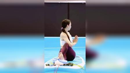 今年夏天,水上瑜伽在韩国风行,享受凉意的同时瘦身美体