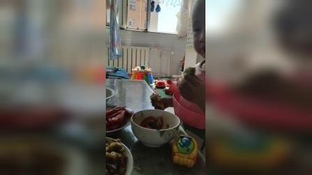 儿子吃饭的样子,你们说他能送幼儿园吗?