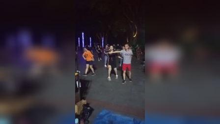 两人合跳广场舞 真不简单