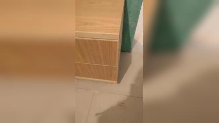 装修时房间小,又想按照自己的想法做家具,让师傅全手工打的床头柜和床,以及组合柜