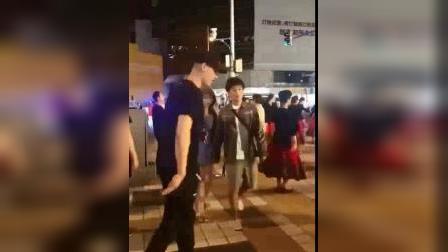 入乡随俗,林书豪跟大妈去跳广场舞