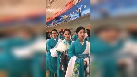 军运会开幕式:已带妆列队等候的演员们