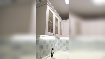 金域蓝湾,装修时二楼做了水吧台,地柜是砖砌橱柜,吊柜下特意加了感应灯,休闲时光煮个咖啡泡个茶,幸福感瞬增!