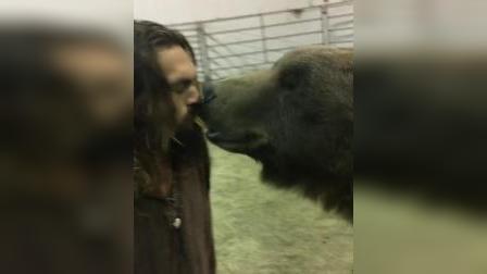 【猴姆独家】哈哈哈~~海王#Jason Momoa#用嘴喂熊……