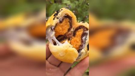 海鸭蛋黄酥1层鲜香酥皮2层Q糯雪媚娘3层香甜红豆4层海鸭蛋蛋黄贼拉好吃