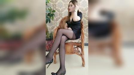 大龄女人穿性感高跟鞋很有女人味