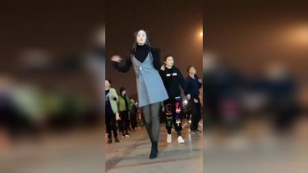 美女跳起广场舞就是不一样,身姿舞姿婉约可人,太美了!