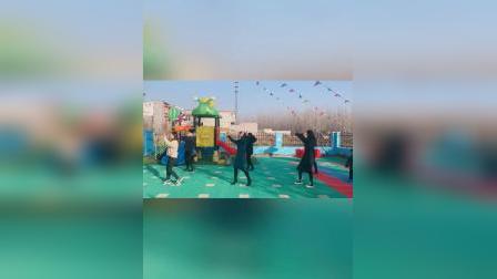 幼儿园拍到的一幕,女幼师跳舞的样子,真是太吸引人了