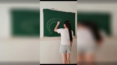 身材很好的幼师,在黑板上画大虾,看完想骂她却又不忍心!