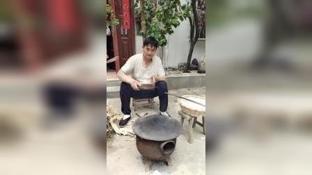 大衣哥朱之文和老婆在家烙饼,一会儿一张特别熟练,好淳朴!