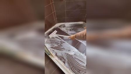 非常好用的清洁刷,一面带刷毛可以刷地,另一面刮条可以刮去污水,加长柄,地板清洁很好用