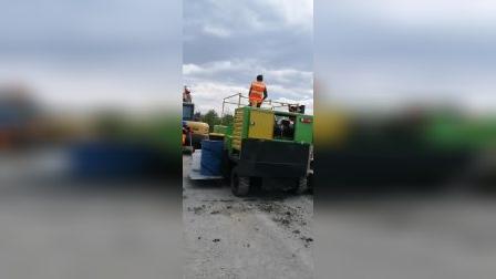 润沃机械自动找平路肩石滑模成型机操作视频 现浇混凝土路沿石成型机施工视频