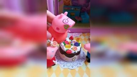 佩奇乔治给猪爸爸做了生日蛋糕,互相喂着吃蛋糕,都糊了一脸