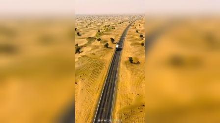 影者无疆:  沙漠公路是从轮台县到民丰县,1995年9月,建成通车,它是世界上在流动沙漠中修建的最长等级公路,北起轮南,