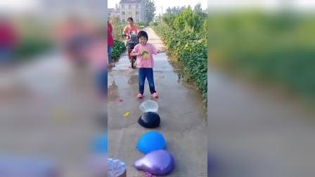 童年趣事:小女孩踩气球,把气球踩爆是不是看起来很解压呢?