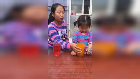 亲子游戏:姐姐把我的饮料给倒了!