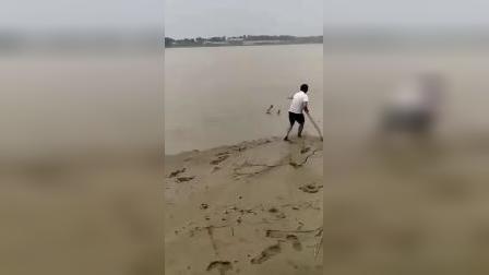 珍惜生命,远离危险。若不是钓鱼人,估计这三个又要发生溺水了。