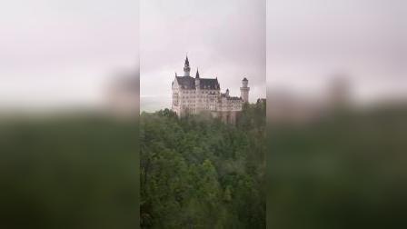 充满童话梦幻的新天鹅堡,它是巴伐利亚国王鲁道夫二世,为实现其一生理想表现出中古世纪骑士精神所建的梦幻城堡,让人怦然心动的白色大理石建筑,尖塔高耸,风格独特。