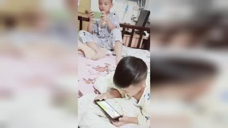 两个小帅哥,玩游戏