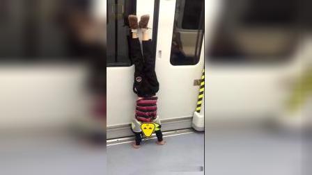 这样做很危险!男孩地铁上靠车门练倒立母亲:不到站不准停
