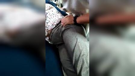 张宸菘(道医)老师在给学员讲解,并实操收胯缩阴术手法。