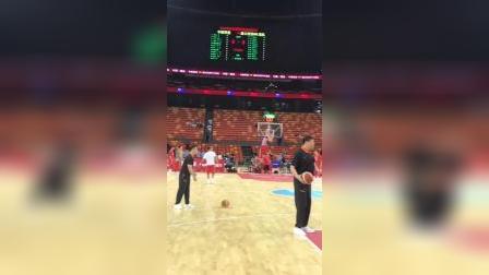 中国男篮,赛前投篮热身活动,网友:加油,看好你们!