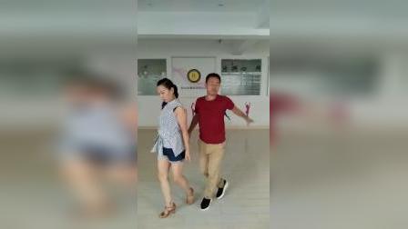 曹,刘老师跳07年休闲舞三步踩。