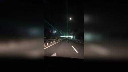 济聊高速越来越人性化了,每隔一段就会有这个绿光,让你夜间开车不在无聊,增加了一道亮丽的风景线