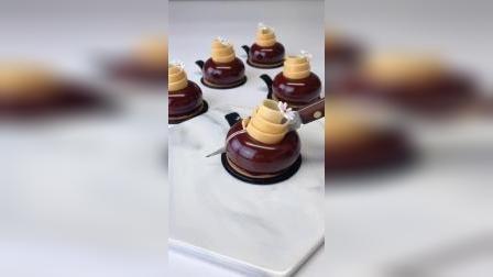法式树莓巧克力慕斯,百香果乳酪夹心,原味杏仁蛋糕胚,手工巧克力装饰饰件,零基础学生实际操作练习作品。