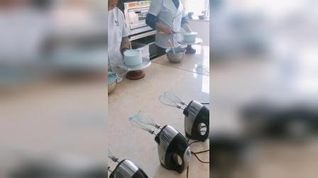 韩式裱花第一天,奶油蛋糕基础抹面,一刀收抹面实际操作练习。每堂课只收4人,保证质量。