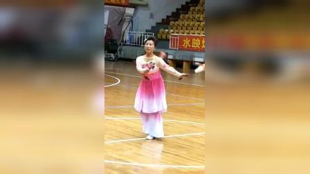 双拍柔力球表演<蝶儿飞>