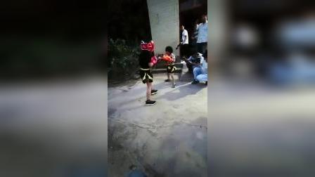 拳击萌妹小汤圆和哥哥身着VENUM实战训练,爸爸在一旁激情解说!😂