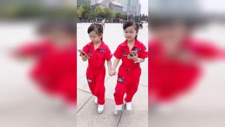 双胞胎走路神同步,在八一广场玩累了😅
