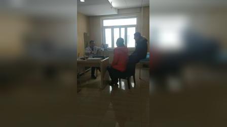 颈椎病压迫手麻   哈尔滨道里区中德骨科医院门诊主任邓可平主任为颈椎病患者耐心讲解病情。