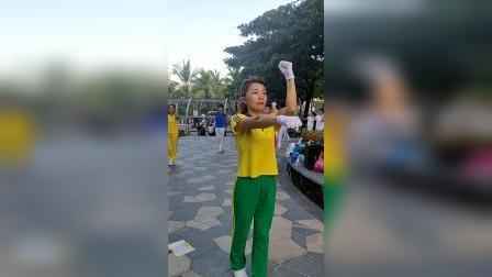中国新时代有氧健身操总教练胡艳杰老师在三亚海月广场做早操