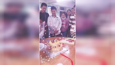 新致美为员工举办生日聚餐,点燃生日蜡烛切分了生日蛋糕照相合影