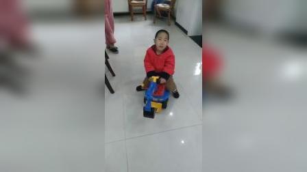 弟弟玩推车