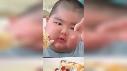 吃播小胖:人小口大;爸爸做的披萨饼真是太美味了!