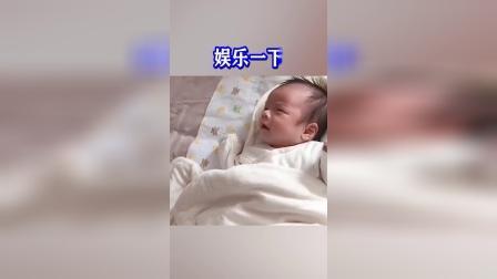 这位妈妈太会玩了,把宝宝的哭声录下来给宝宝听,宝宝:谁哭的这么难听