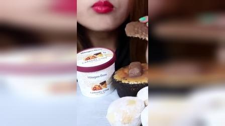 吃播小姐姐:小姐姐吃播焦糖冰激凌、士力架、芝士蛋糕、麻薯!