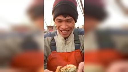 吃播:小伙子今天不吃八爪鱼,来个新鲜的极品面包蟹,满满的蟹黄超诱人