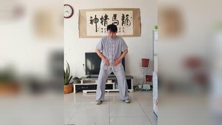 """居家健身动起来 _ 社会体育指导员李世超展示""""狮子摇头滚珠丹"""""""