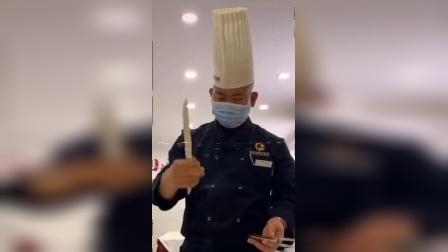 是谁将这把刀旋转的这样炫酷?原来是陕西新纪元烹饪学校的西餐教学老师准备上课了哦!.mp4