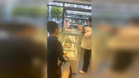 执着小男孩,几乎每天都来慕巴夫鲜花主题蛋糕等他喜欢的一款产品!