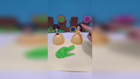 白雪要用小手画鳄鱼,画好之后再涂上颜色,贝儿觉得画的丑
