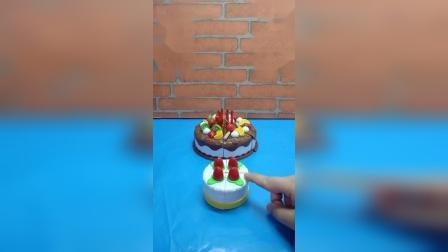 这两个都是蛋糕,你们觉得谁更优秀呢?小蛋糕还可以变成机器人